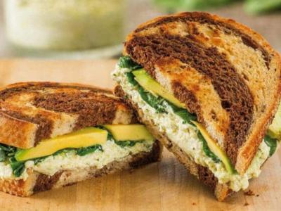 Dubbelsmörgås med ricotta, pesto och avokado - Galbani